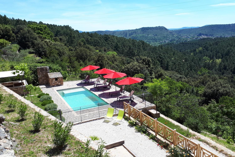 Espace piscine - Vue panoramique sur la vallée