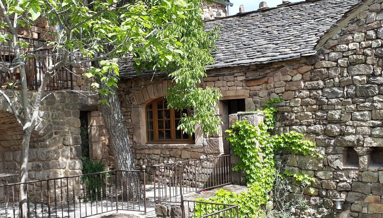 Murs en pierres de grès et toitures en Lauzes